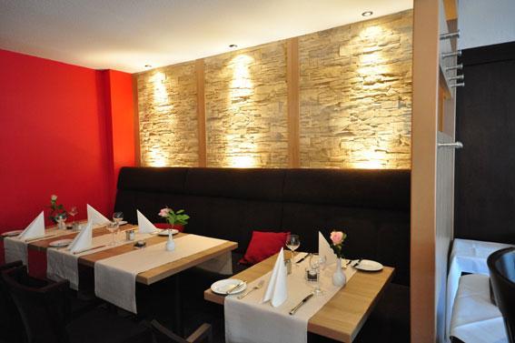 Der Bar Umliegend Befindet Sich Der Gemütliche Restaurantbereich. Die Indirekte  Beleuchtung An Der Steinwand Rundet