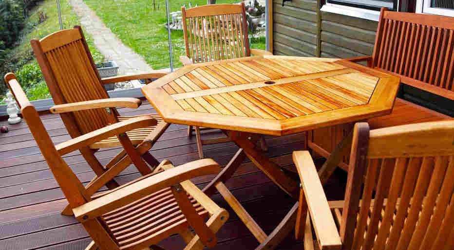 Frisch Geöltes Teakholzset Mit Tisch, Stühlen Und Bank