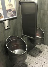 Urige Männertoilette mit Bierfässern in Zopot an der Ostsee/Polen