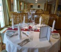 Schön gedeckter Tisch auf einer All Inklusive Reise auf der MS Heidelberg