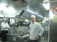 Köche mit Kochmützen auf einem Flusskreuzfahrtschiff