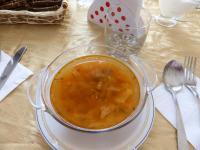 Echte Borschtsch Suppe in einer Glasschüssel - Bon Appetit!