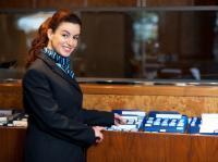 Hotelangestellte im blauen Service-Dress - der Gast erkennt im königlichen Bau Sicherheit und den Hinweis, das hier Service gern ausgführt wird