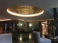 Schickes Foyer mit großzügiger Deckenbeleuchtung im Hyperion Hotel