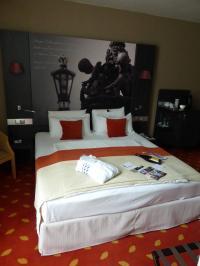 In Hotels mit gehobener Gastlichkeit werden Bettlaken sorgsam um die oberste Matratze des Boxspringbettes gefaltet