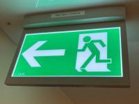 Hinterleuchtetes Rettungszeichen als OLED-Notleuchte: Hier geht es in das sichere Treppenhaus!