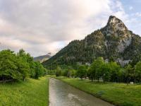 Sonnenuntergang am Kofel und der Ammer in Oberammergau bei den Ammergauer Alpen, Deutschland