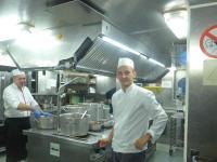 In der kleinen Profi-Küche eines Flusskreuzfahrers; Bildquelle Hotelier.de