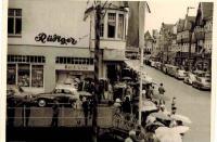 Alte Bilder aus Buxtehude, Anfang der 1960er Jahre. Vorne Feinkost Rüdiger zu Zeiten der Breiten Straße, als diese noch nicht verkehrsberuhigt war