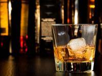 Ein Tumbler bezeichnet ein kurzes Trinkglas mit dickem Boden