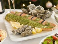 Buffetplatte aus Porzellan mit Austern und gebeiztem Lachs