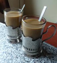Russischer Kaffee im Becher, hier heiß serviert auf dem Weg in der Bahn von Berlin nach Moskau, Bild Hotelier.de