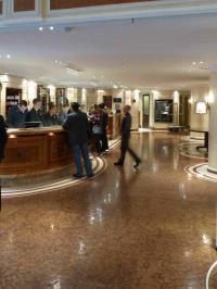 Gast-Situation Hotelempfang, hier Bayerischer Hof München; Bild Hotelier.de