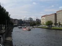 Schiffsbetrieb auf der Havel mit Blick auf den Reichstag