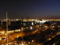Bester Blick auf den Hafen von Hamburg aus dem Fenster eines Hotelzimmers der Kommandantenklasse im Hotel Hafen Hamburg