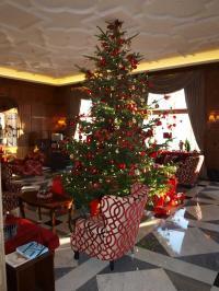 Die Lobby vom Fairmont Vier Jahreszeiten Hamburg zu Weihnachten / Foto © Sascha Brenning - Hotelier.de