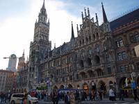 Touristischer Anziehungspunkt in München: Der Marienplatz mit Rathaus