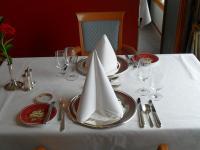 Da macht das Dinner schon vor dem Essen Spaß: top gepflegtes Geschirr und Besteck im Restaurant Dieter Müller auf der MS Europa; Bildquelle Hotelier.de Sascha Brenning