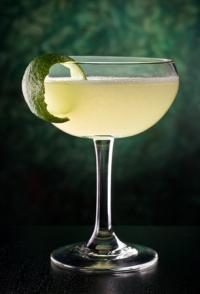 Eine köstliche klassische Art des Daiquiri mit weißem Rum, Limettensaft und Zucker