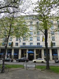 Gleich dahinter das Hotel Bayerischer Hof