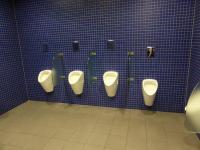 Guter Service: Toilettenanlage im Flughafen München/Check In Bereich der Lufthansa für kleinere Männer
