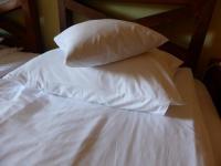 Großes und kleines Kopfkissen im Hotelzimmer