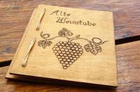 Bild: rustikale Weinkarte aus Karton/Holz