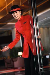 Findet die Hotelier.de Redaktion total chick: Door Girl vor dem Kempinski  Hotel Shenzhen China