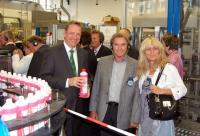 Josef Haentjes, Geschäftsführer der Tana Chemie GmbH (l.), erklärt den Tana-Kunden bei der Werksführung die Vorteile des Sanitärduftreinigers Ivecid während der laufenden Produktion