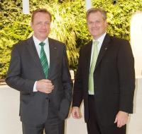 Feierten das 40-jährige Bestehen der Tana Chemie GmbH: Geschäftsführer Josef Haentjes (l.) und Reinhard Schneider, Vorsitzender Geschäftsführer des Traditionsunternehmens Werner & Mertz