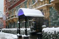 Der Eingangsbereich des Luxushotels 51 Buckingham Gate im Schnee / Bildquelle: Taj Hotels