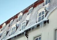 Vor der Investition hohe Herausforderungen: Zeitaufwändige Sicherungs- und Schneeräumarbeiten waren notwendig, um Mitarbeitern und Gästen sicheren Zugang zum Gebäude zu ermöglichen
