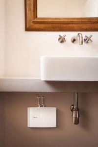 Der elektronische Klein-Durchlauferhitzer MTE bietet an jedem Waschplatz nicht nur hohen Warmwasserkomfort, er spart außerdem erheblich Wasser und Energie / Bildquelle: Alle AEG Haustechnik