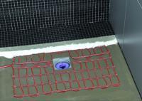 Die extraflachen Dünnbett-Heizmatten THERMO BODEN Comfort WELLNESS mit isolierten elektrischen Heizleitern nach  Schutzart IP X8 werden mit wenig Aufwand direkt unter Fliesen oder Glasmosaik verlegt. Der Fliesenkleber dient dabei als Ausgleichsschicht