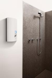 Der elektronische Klein-Durchlauferhitzer MTE bietet an jedem Waschplatz nicht nur hohen WOb für die Küchenspüle oder die Dusche: Der elektronische AEG Durchlauferhitzer DDLE ÖKO Thermo Drive bereitet auf energieeffiziente Weise Warmwasser bis 60°C