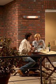 Ein einzelner AEG Infrarot Heizstrahler gibt bei 1500 bis 2000 Watt Leistung ausreichend Wärme auf der häuslichen Terrasse ab — selbst wenn sich Gäste dazugesellen