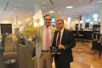 v.l.n.r.: Frank Vesper (Revenue Manager) und  Günter Jung (Direktion des ARCOTEL Onyx)  nehmen die Auszeichnung entgegen / Credit: ARCOTEL Hotels