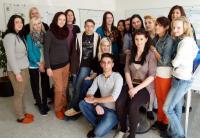 Abschlussklasse 3R der Landesberufsschule für Gastgewerbe Lochau — Schloss Hofen mit ihrer engagierten Lehrerin Mag. Erika Bauer (2. von links hinten)