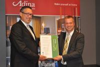Adina-Salesdirector Reiner Siebers u. BTME-Geschäftsführer Till Runte (v.l.) bei der Zertifikatsübergabe / Bildquelle: Adina Apartment Hotels