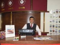 Adnan Aksoy an seinem Arbeitsplatz am front office; Bildquelle max.PR