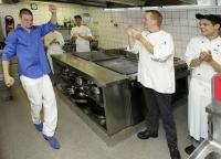 Alberto Bautista Hidalgo (links) ist Weltrekordler im Flamenco-Quickstep-Tanzen. Hier demonstriert er Küchenchef Harald Klomp (2.v.r.) und seinen Azubi-Kollegen, Ricarda Conrads, Marco Sagui und Dominik Wolff (von links), in der Hotelküche sein Können