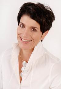 Alexandra Strickner unterstützt Unternehmen, Teams und Einzelpersonen in allen Fragen rund um deren maximale Potentialentfaltung, Zeitintelligenz und strategische Prozessqualität Mag. Alexandra Strickner