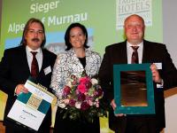 Von links nach rechts: Thomas Kühn (Hrsg. Die besten Tagunsgshotels Deutschland), Adriana Marchetti (Stv. Hoteldirektorin), Andreas Kartschoke (Hoteldirektor).  Copyright: Alpenhof Murnau