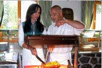 Tipps und Tricks vom Profi: Küchenchef Alfons Walser zeigte Anja Lukaseder hilfreiche Küchenkniffe