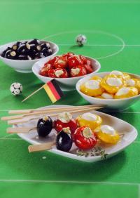 Auf einem Spieß aufgereiht sind die schwarz-rot-gelben Antipasti-Gemüse ein absoluter Hingucker und der perfekte Snack; Bildquelle Großmann Feinkost
