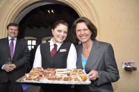 Bundesministerin für Verbraucherschutz Ilse Aigner und Melanie Scharrer vom Arvena Park Hotel in Nürnberg / (Foto Thomas Slawik)