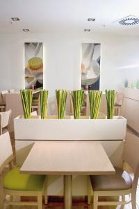 Leichte optische Abtrennung durch grüne Bambusstäbe in einem asiatischen Bistro