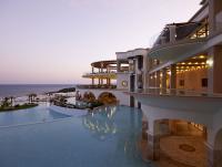 Außenansicht mit Poollandschaft bei Sonnenuntergang im Atrium Hotel Prestige / Bildquelle: Atrium Hotels