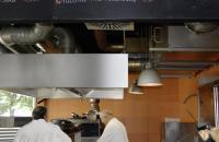 Blick in die offene Küche des Restaurants: In die vorhandene Küchenabluftanlage wurde ein Plasmatechnik-Modul eingebaut. Dieses sorgt nun für eine geruchs- und fettfreie Abluft. Bildquelle: BÄRO