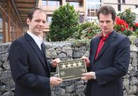 Vier Sterne für das BEST WESTERN PLUS Bierkulturhotel Schwanen in Ehingen: Die Geschäftsführer Michael und Dominic Miller (v.l.) freuen sich über die DEHOGA-Zertifizierung; Bildquelle Best Western Hotels Deutschland GmbH
